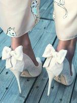 Beżowe zamszowe szpilki z ozdobną kokardką na tyle buta                                  zdj.                                  1