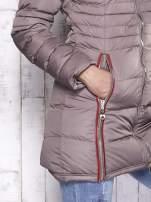 Beżowy pikowany płaszcz ze złotymi suwakami