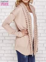 Beżowy sweter kardigan z ażurowym przodem                                  zdj.                                  4
