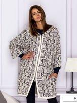 Beżowy sweter w fantazyjny deseń                                   zdj.                                  1