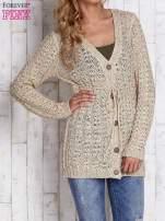 Beżowy sweter zapinany na guziki