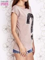 Beżowy t-shirt z nadrukiem znaku zapytania                                  zdj.                                  3