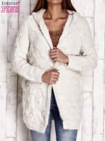 Beżowy włochaty sweter z kapturem                                  zdj.                                  1