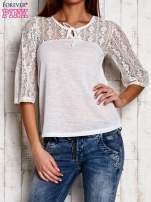 Biała bluzka z ażurowym dekoltem i rękawami                                  zdj.                                  1