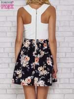 Biała sukienka skater z kwiatowym dołem                                  zdj.                                  4