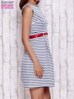 Biała sukienka w marynarskim stylu z paskiem                                  zdj.                                  3