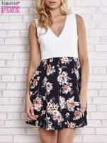 Biała sukienka z kwiatowym dołem i z suwakiem z tyłu                                  zdj.                                  1