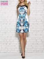 Biała sukienka z niebieskim nadrukiem kwiatowym z dżetami                                                                          zdj.                                                                         2
