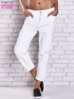 Białe spodnie boyfriend jeans z przetarciami                                                                          zdj.                                                                         1