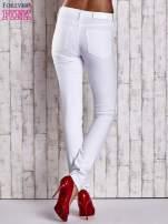 Białe spodnie regular jeans ze skórzaną naszywką                                                                          zdj.                                                                         3