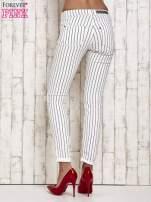 Białe spodnie rurki w paski                                  zdj.                                  2