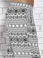 Białe zwiewne spodnie alladynki we wzór aztecki                                  zdj.                                  5