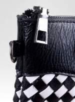 Biało-czarna pleciona kopertówka z kokardą                                  zdj.                                  3