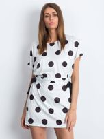 Biało-czarna sukienka oversize w grochy z wiązaniem                                  zdj.                                  1