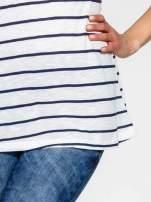 Biało-granatowy t-shirt w paski z koronkowym wykończeniem