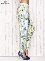 Biało-niebieskie lejące spodnie z kolorowymi paskami                                  zdj.                                  3