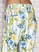 Biało-niebieskie spodnie capri z motywem pasków i kwiatów                                  zdj.                                  6