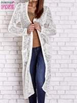 Biały ażurowany sweter z kieszeniami                                  zdj.                                  2