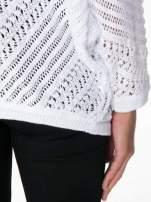 Biały ażurowy sweter typu narzutka poncho                                  zdj.                                  9