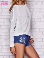 Biały błyszczący sweter z koronkowymi wstawkami