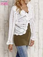 Biały sweter z wiązaniem                                  zdj.                                  3