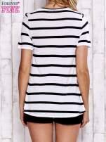 Biały t-shirt w paski z koronkową wstawką                                  zdj.                                  4