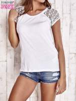 Biały t-shirt z ażurowymi rękawami                                  zdj.                                  1