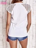Biały t-shirt z ażurowymi rękawami                                                                          zdj.                                                                         4