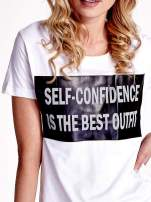 Biały t-shirt z napisem SELF-CONFIDENCE IS THE BEST OUTFIT