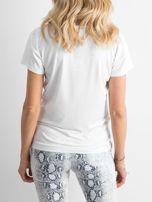 Biały t-shirt z naszywką                                  zdj.                                  2
