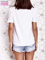 Biały t-shirt z ukośną kieszenią i dżetami                                                                          zdj.                                                                         3