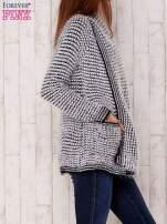 Biały włochaty otwarty sweter
