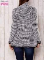 Biały włochaty otwarty sweter                                   zdj.                                  4