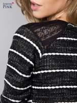 Bluza w biało-czarne paski z koronkową aplikacją na ramionach                                  zdj.                                  5