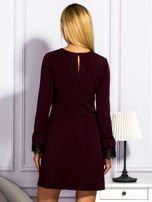 Bordowa sukienka z koronkowymi rękawami                                  zdj.                                  2