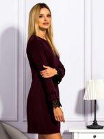Bordowa sukienka z koronkowymi rękawami                                  zdj.                                  5