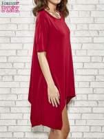 Bordowa sukienka z wydłużanymi bokami                                  zdj.                                  3