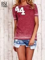 Bordowy t-shirt z numerkiem efekt acid wash                                                                          zdj.                                                                         1
