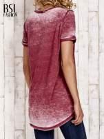 Bordowy t-shirt z rozcięciami efekt acid wash                                                                          zdj.                                                                         4