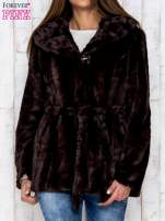 Brązowa futrzana kurtka z szerokim kołnierzem i paskiem