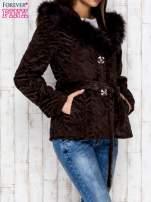 Brązowa kurtka z futrzanym kapturem i paskiem                                  zdj.                                  3