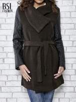 Brązowy płaszcz ze skórzanymi pikowanymi rękawami                                                                          zdj.                                                                         1