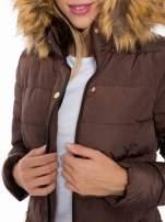 Brązowy taliowany płaszcz puchowy z kapturem z futerkiem