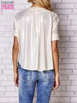 Brzoskwiniowa bluzka z nadrukiem kobiety i złotym tyłem                                                                          zdj.                                                                         4