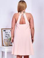 Brzoskwiniowa sukienka z dekoltem halter PLUS SIZE                                  zdj.                                  2