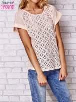 Brzoskwiniowy ażurowany t-shirt                                  zdj.                                  3