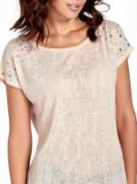 Brzoskwiniowy t-shirt z kryształkami na rękawach