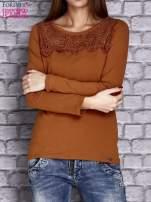 Camelowa bluzka z koronkową wstawką                                  zdj.                                  1