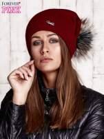 Ciemnoczerwona czapka z futrzanym pomponem i przypinką                                  zdj.                                  1