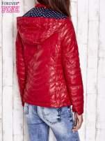 Ciemnoczerwona pikowana kurtka z wykończeniem w groszki                                  zdj.                                  2